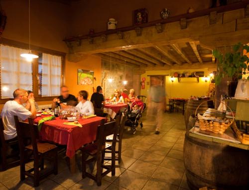Cenando en el comedor de la casa rural
